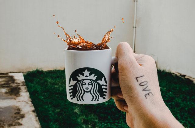 Esempio di merchandise con marchio Starbucks